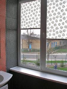 фото Тканевые системы при оформлении окна ванной комнаты